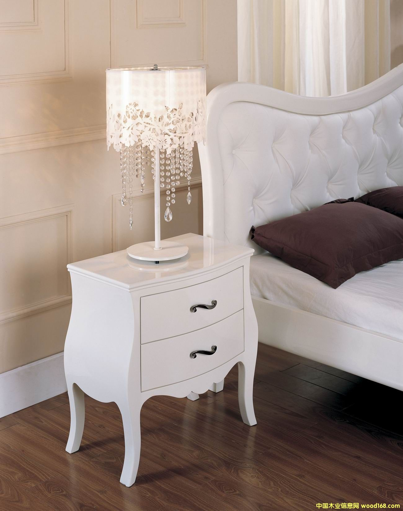 白亮光床头柜