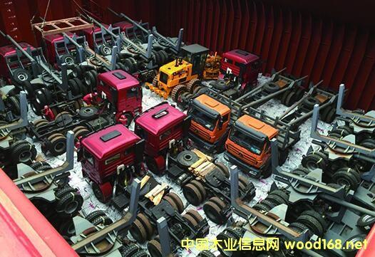 万蓬集团部分原木运输车已经装好等待运输。蔡晓梁/图