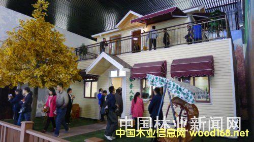 参会代表在邳州市官湖镇参观邳州木制品与木结构产业园
