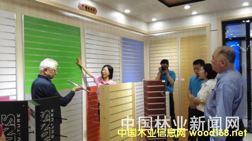 """耀东华公司工作人员向专家们介绍""""红棉花""""系列板材"""