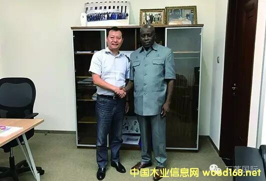 万蓬集团总经理周耀光带队拜访赤几林业部部长