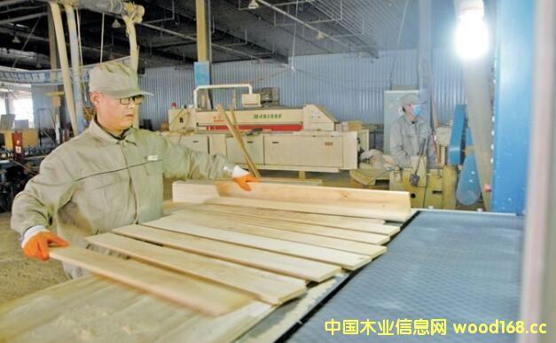 辽宁华荣木业实木复合型地板订单满满 全部出口日本