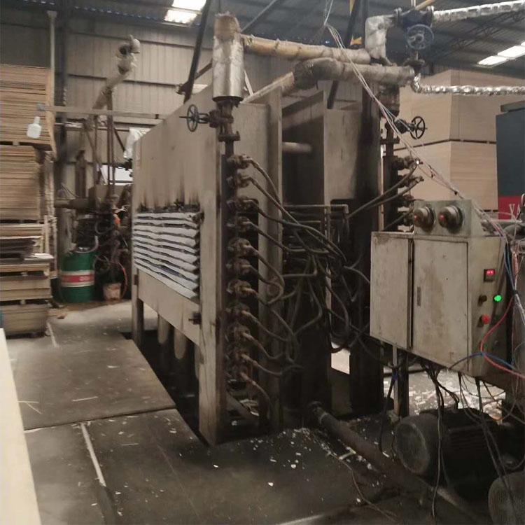 山东华信800吨多层自动化板材贴面机