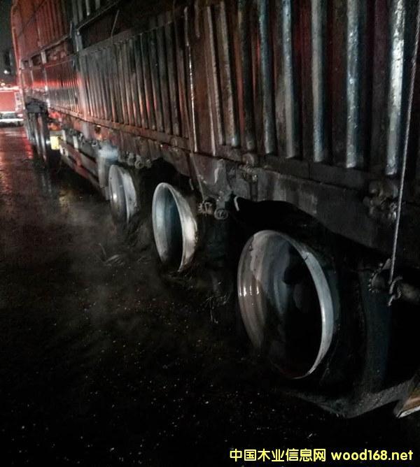 大挂车自燃,50万元进口木材转眼成火炭